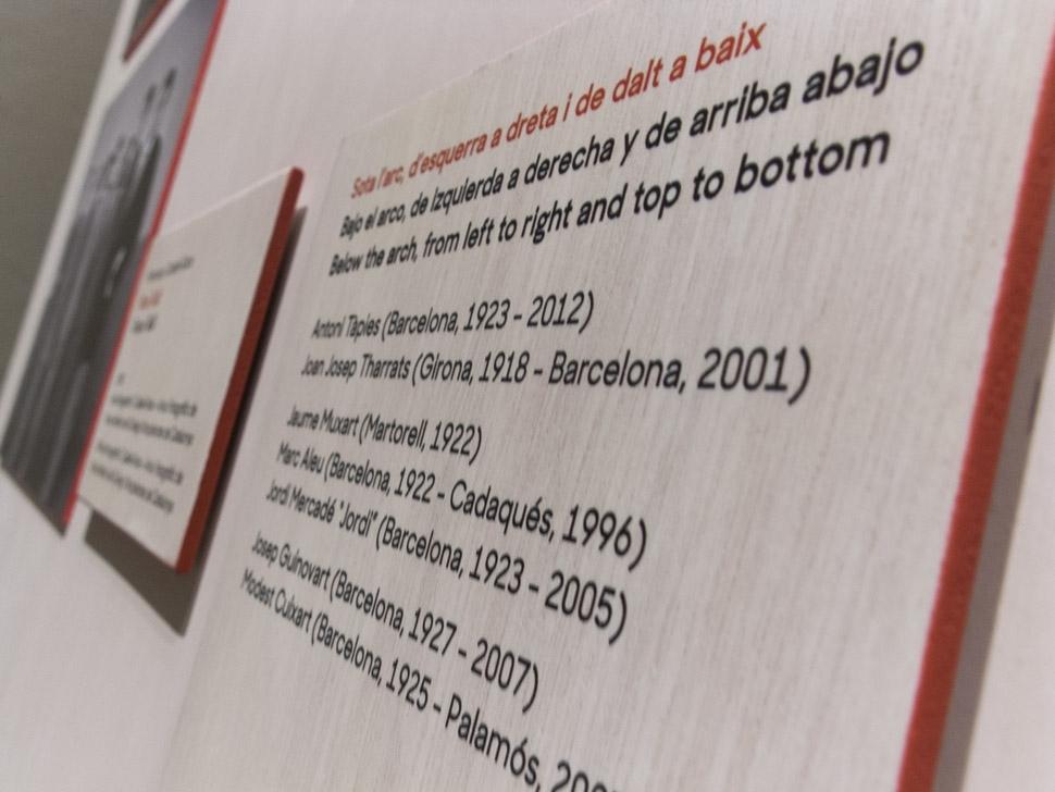 MNAC, Visita al románico. En compañía de Antoni Tàpies, Visita al románico. En compañía de Antoni Tàpies es una intervención en las salas de la colección de arte románico que ofrece nuevas miradas y claves de lectura diferentes para los visitantes. La intervención es un proyecto de Design For All (diseño para todos). Se ha diseñado pensando en todos los usuarios e incorpora diversos recursos de accesibilidad: Vídeo subtitulado para personas sordas, macrotipografía, buen contraste cromático de los textos y una posición accesible de estos dentro de las áreas de exploración visual.